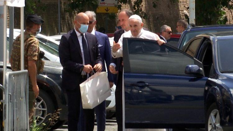 Đức Thánh Cha xuất viện trở về Vatican